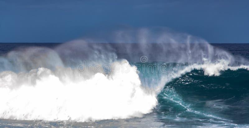Imagen ascendente cercana de ondas en la isla de Tenerife foto de archivo