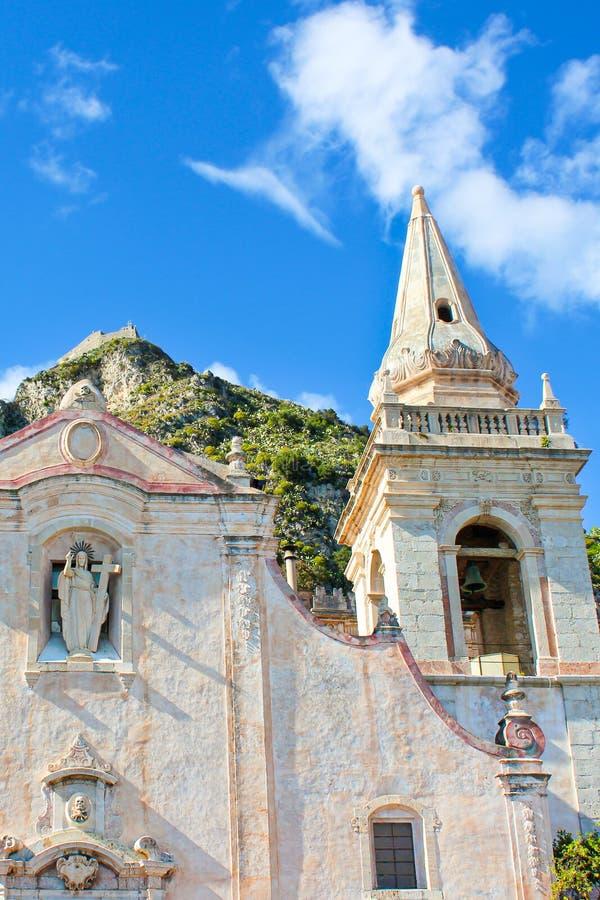 Imagen ascendente cercana de San Giuseppe Church en cuadrado de la plaza IX Aprile en la ciudad vieja de Taormina, Sicilia, Itali imágenes de archivo libres de regalías