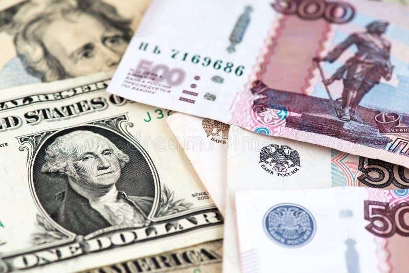 Imagen ascendente cercana de una cuenta de dólar americano con moneda de la rublo rusa foto de archivo
