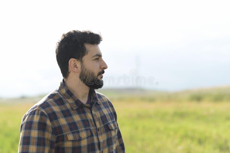 Imagen barbuda del perfil del hombre que mira fuera de marco fotografía de archivo