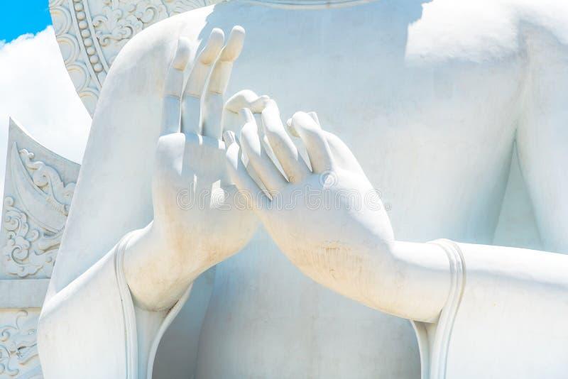 Imagen blanca grande de Buda en Saraburi, Tailandia imagenes de archivo