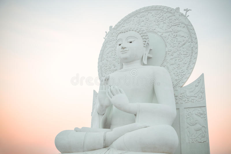 Imagen blanca grande de Buda en Saraburi, Tailandia foto de archivo