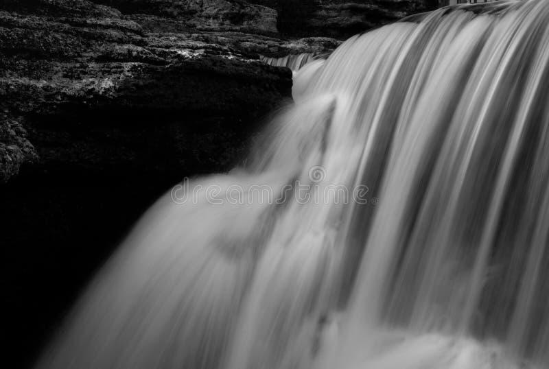 Imagen blanco y negro borrosa de cascadas fotografía de archivo libre de regalías
