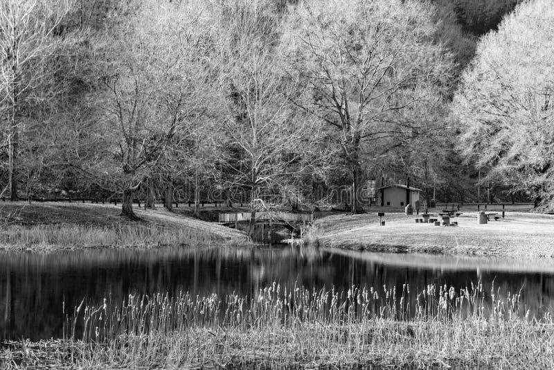 Imagen blanco y negro de la área de picnic en Smith Mountain Hydroelectric Dam - 2 fotografía de archivo