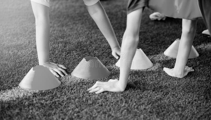 Imagen blanco y negro de la competencia de la prueba de sensibilidad de la mano para sostener conos fotos de archivo
