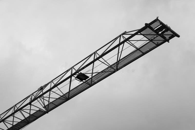 Imagen blanco y negro de la construcción de la silueta de grúa con industrial pesado foto de archivo