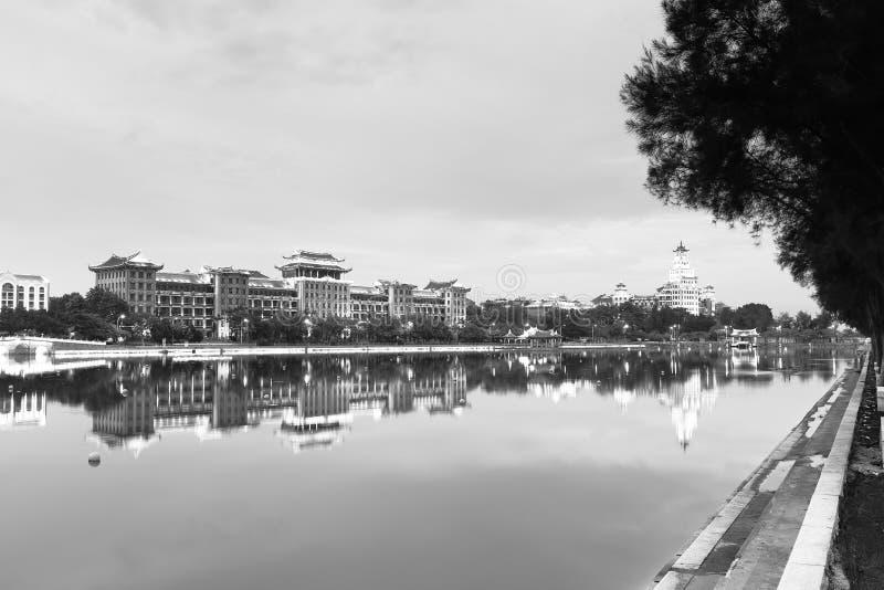 Imagen blanco y negro de la vista de la noche de escuela secundaria de Jimei fotografía de archivo libre de regalías