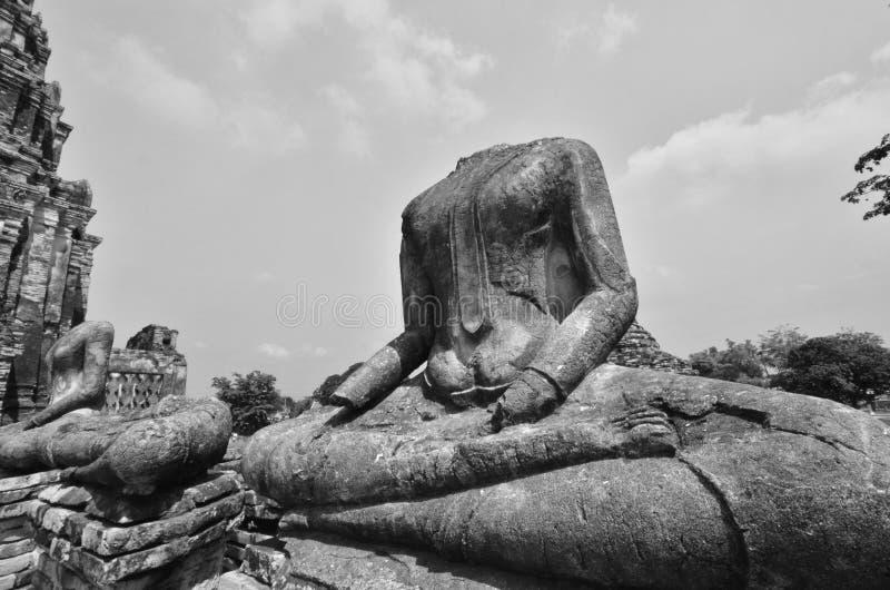 Imagen blanco y negro de las imágenes sin cabeza de Buda en templo tailandés fotos de archivo libres de regalías