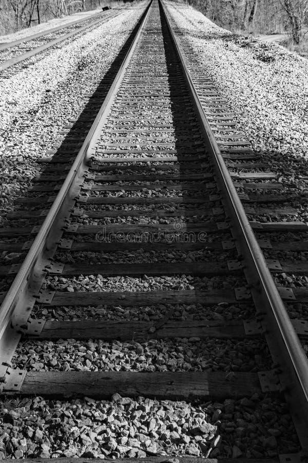Imagen blanco y negro de las pistas de ferrocarril en las montañas foto de archivo libre de regalías