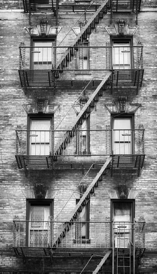 Imagen blanco y negro de salidas de incendios, New York City foto de archivo