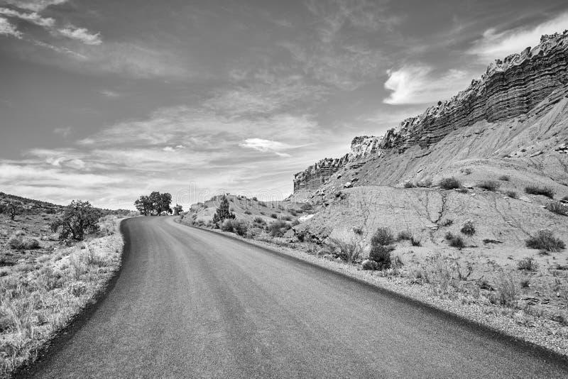 Imagen blanco y negro de un camino pintoresco imagenes de archivo