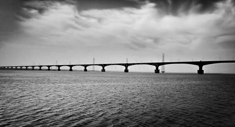Imagen blanco y negro de un puente imágenes de archivo libres de regalías