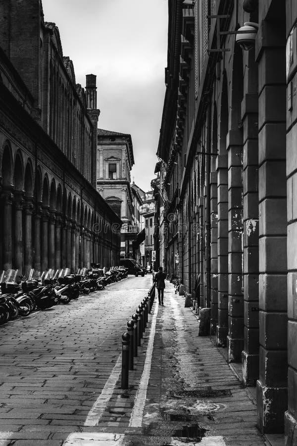 Imagen blanco y negro de una calle en Bolonia, Italia imágenes de archivo libres de regalías