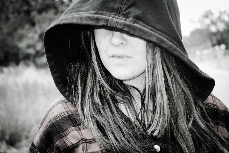 Imagen blanco y negro del adolescente que lleva una sudadera con capucha foto de archivo