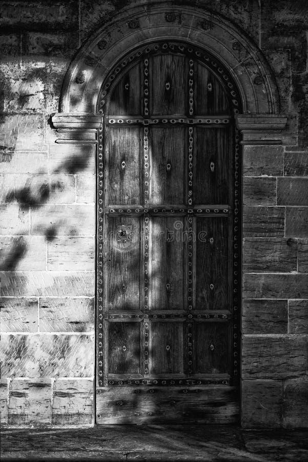 Imagen blanco y negro del detalle de la puerta del diseño del período de la regencia en fotos de archivo