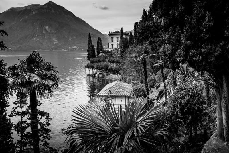 Imagen blanco y negro del distrito del lago Como fotografía de archivo