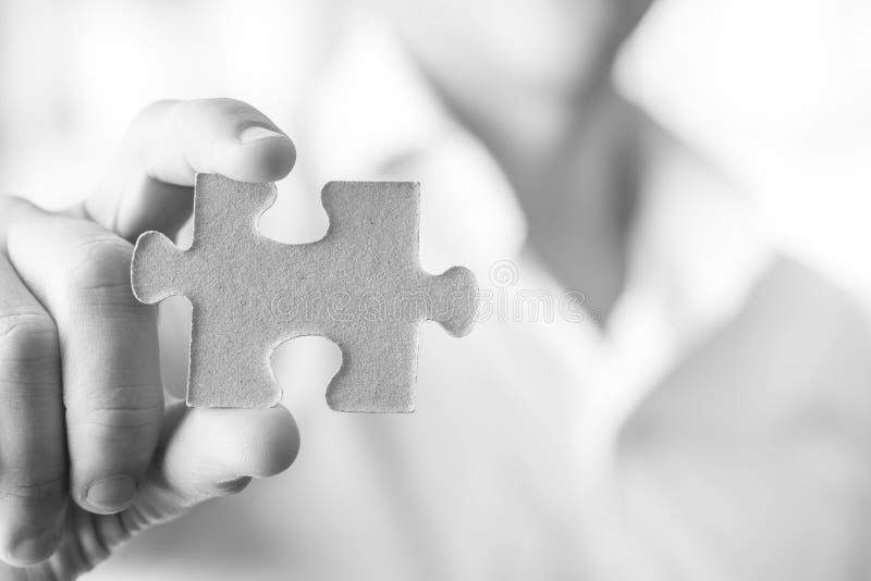 Imagen blanco y negro del hombre de negocios o del innovador que sostiene un blan imagenes de archivo