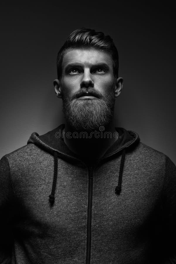 Imagen blanco y negro del inconformista atractivo de la confianza imágenes de archivo libres de regalías