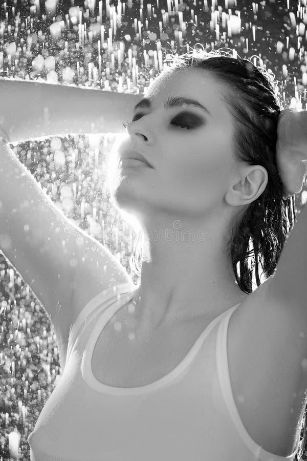Imagen blanco y negro del soporte hermoso de las mujeres jovenes foto de archivo