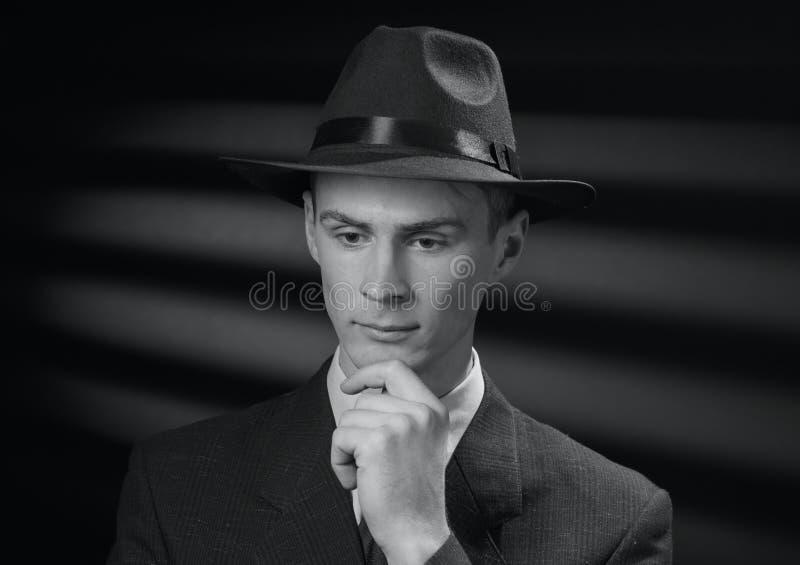 Imagen blanco y negro del vintage de un hombre pensativo fotos de archivo libres de regalías