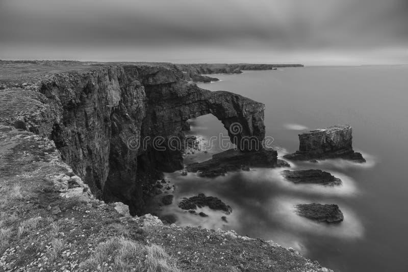 Imagen blanco y negro hermosa del paisaje del puente verde de Wa imagen de archivo