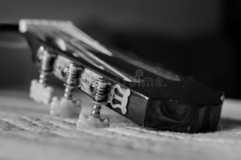 Imagen blanco y negro sobre el cabezal de una guitarra imágenes de archivo libres de regalías