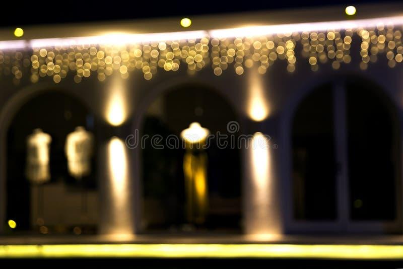 Imagen borrosa abstracta de la ventana de la calle de la noche de la tienda imágenes de archivo libres de regalías