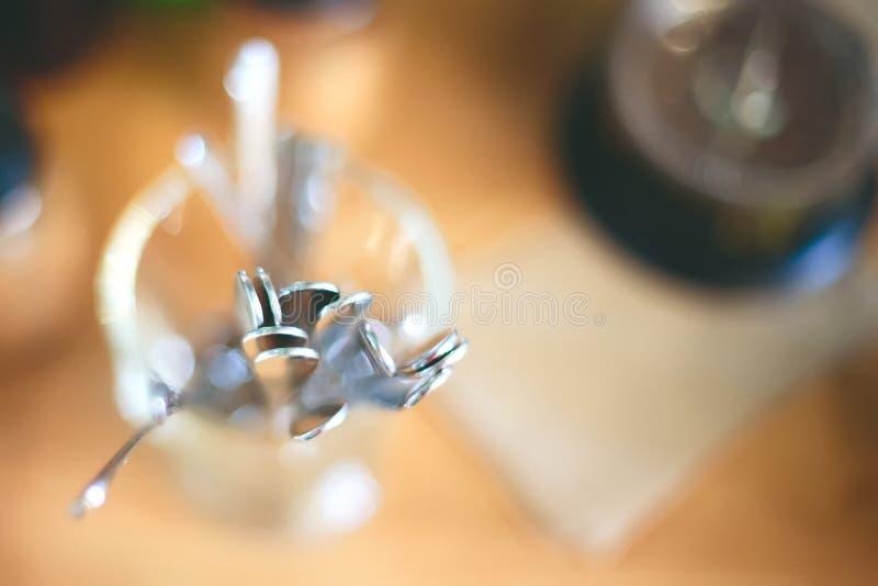 Imagen borrosa abstracta de los cubiertos en café o cafetería fotos de archivo
