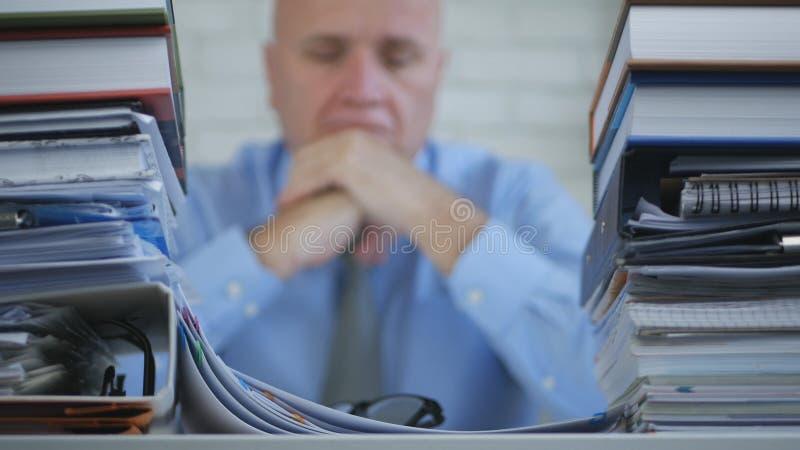 Imagen borrosa con el hombre de negocios Image Looking Bored y decepcionado en el archivo O foto de archivo