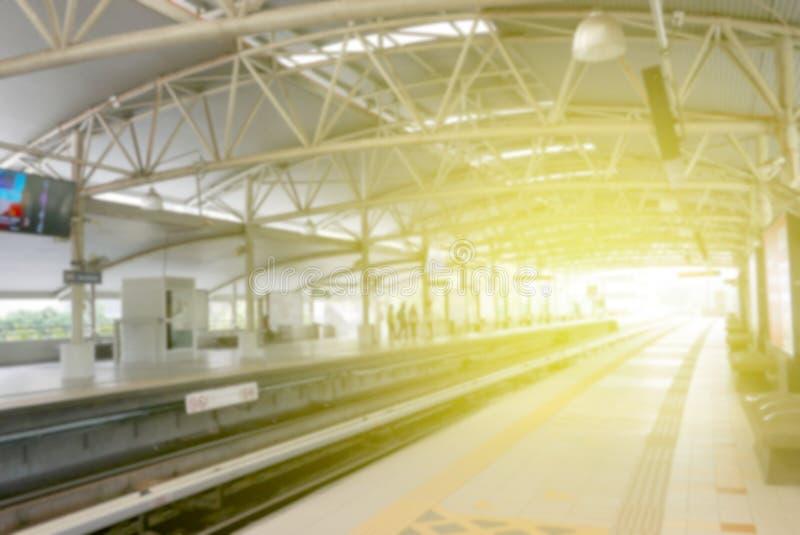 Imagen borrosa de la estación de tren con la llamarada del sol fotografía de archivo libre de regalías