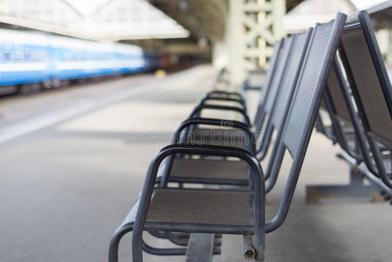 Imagen borrosa de la zona de la silla que espera en el ferrocarril fotos de archivo libres de regalías