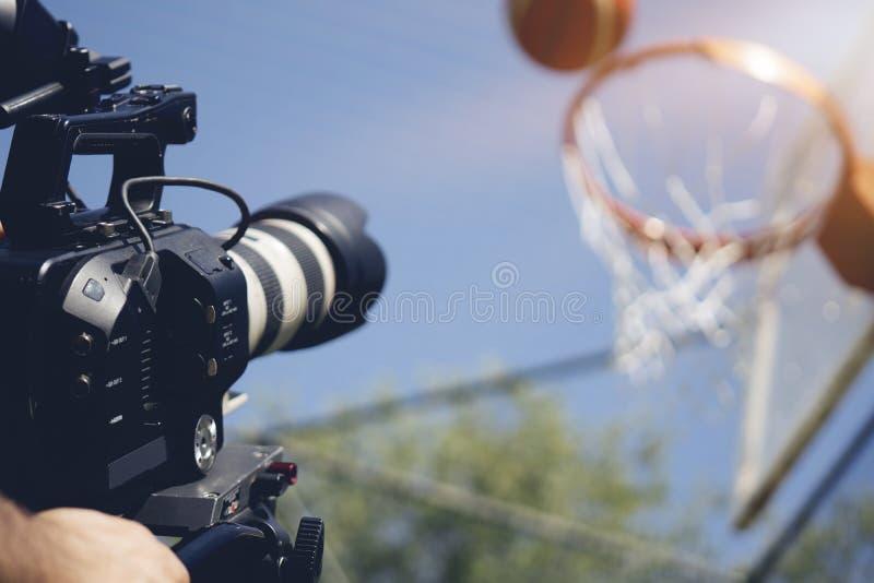 Imagen borrosa del tiroteo de la película o del equipo video de la producción y del equipo de filmación imágenes de archivo libres de regalías