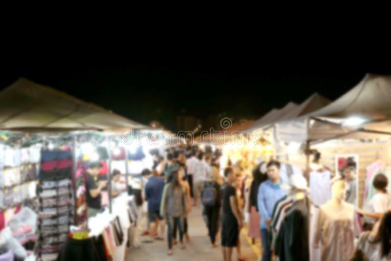 Imagen borrosa mucha gente que hace compras en el mercado Tailandia de la noche que camina los fines de semana, mucho persona en  foto de archivo