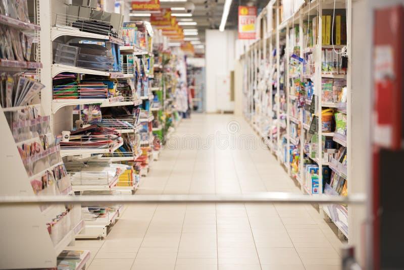Imagen borrosa para el extracto del fondo Estantes borrosos en el supermercado con los libros y las revistas foto de archivo libre de regalías
