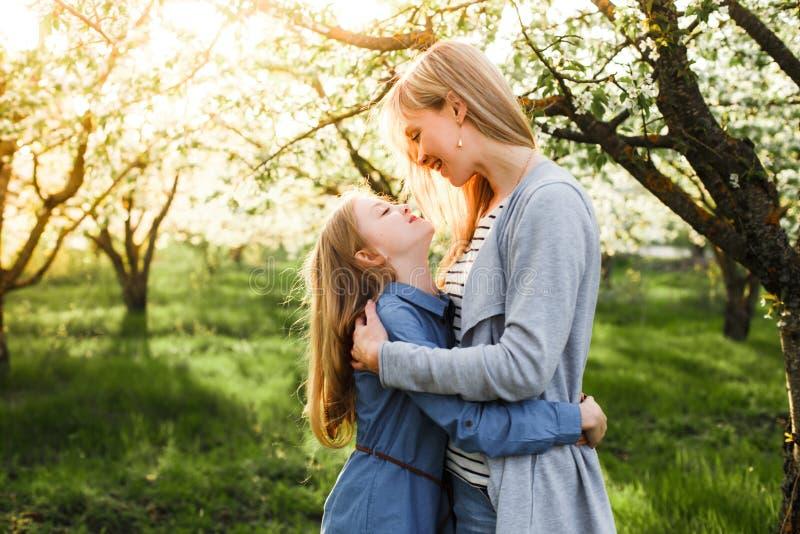 Imagen brillante de abrazar la madre y a la hija imagen de archivo libre de regalías