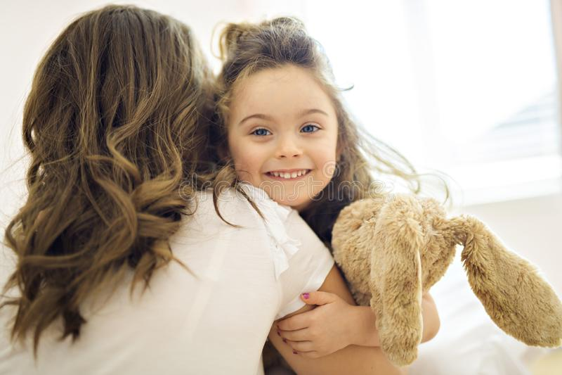 Imagen brillante de abrazar la madre y a la hija imágenes de archivo libres de regalías