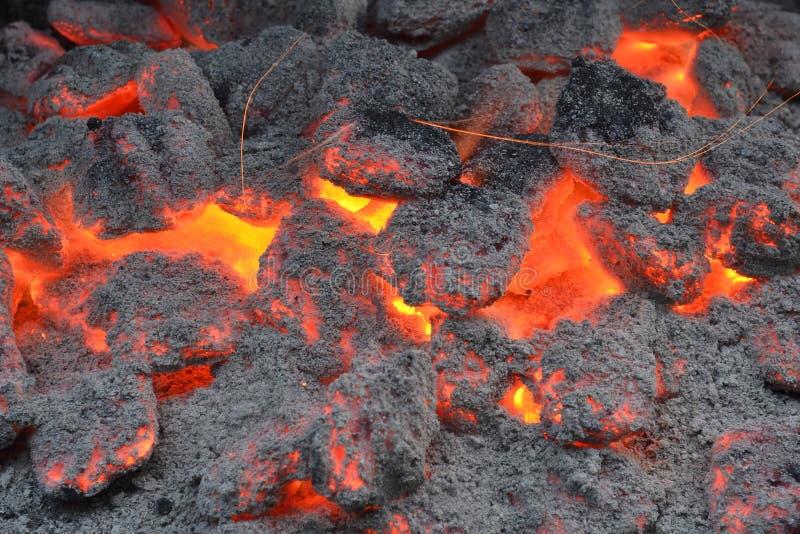 Imagen cercana de carbones calientes en la parrilla fotografía de archivo