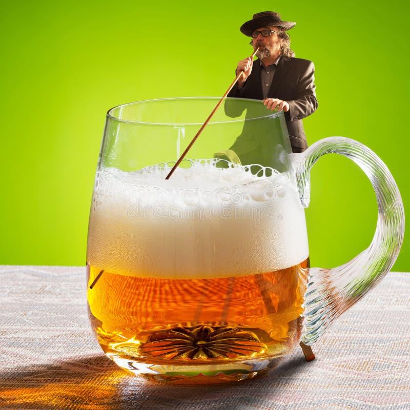 Imagen chistosa con el bebedor y dos cervezas imágenes de archivo libres de regalías