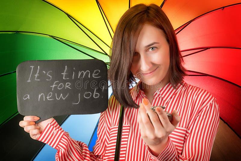 Imagen coloreada brillante de la mujer feliz que busca nuevo trabajo fotos de archivo libres de regalías