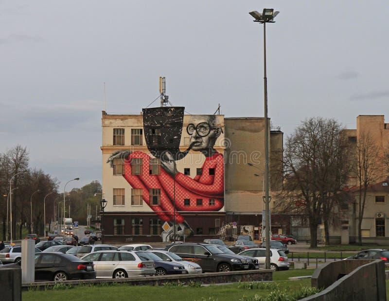 Imagen colorida en la pared del edificio en Kaunas, Lituania foto de archivo libre de regalías