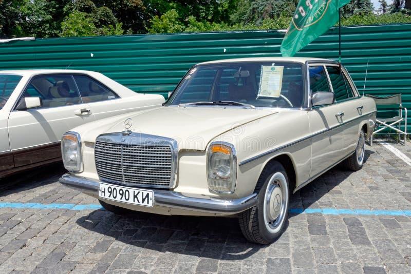 Imagen común automotriz del vintage de Mercedes-Benz W123 imagenes de archivo