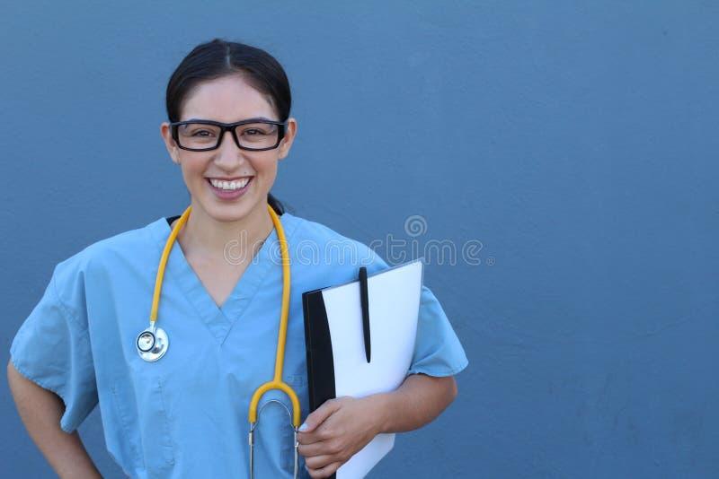 Imagen común del trabajador de sexo femenino de la atención sanitaria aislado en fondo azul foto de archivo