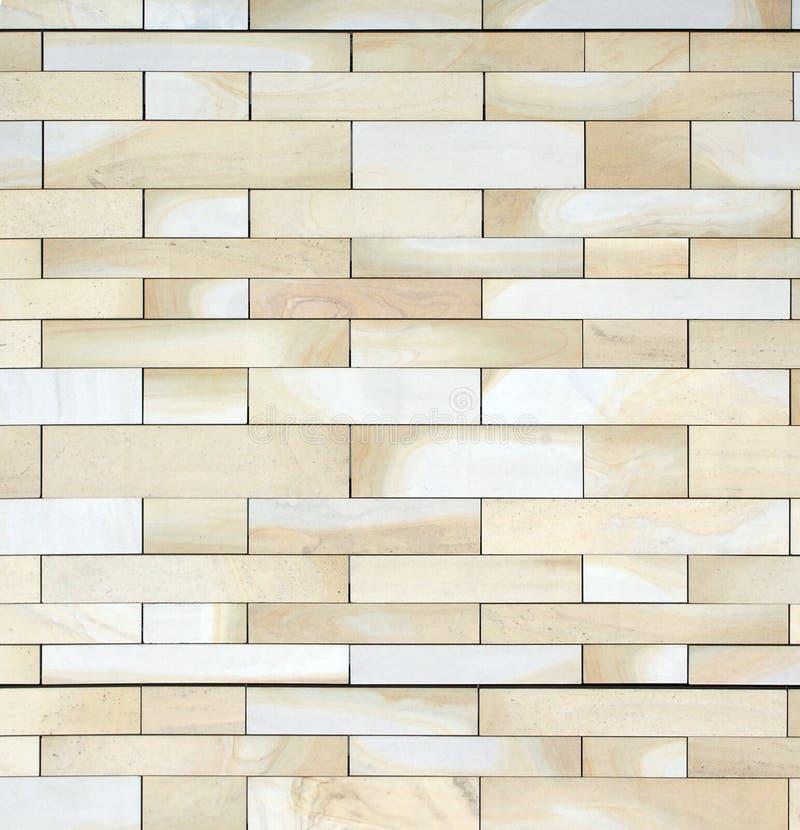 Imagen completa del marco de una pared hecha de bloques planos grandes de piedra marrón clara amarilla texturizada de York en div foto de archivo