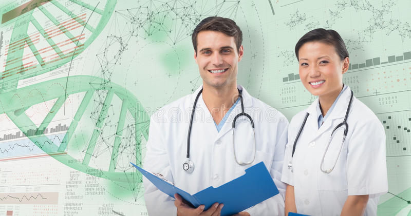 imagen compuesta 3D del retrato de doctores sonrientes con informe médico fotografía de archivo libre de regalías