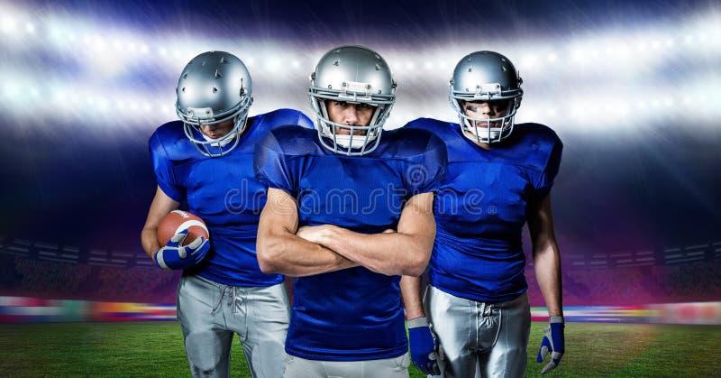 Imagen compuesta de Digitaces de los jugadores de fútbol americano que se colocan con la bola foto de archivo