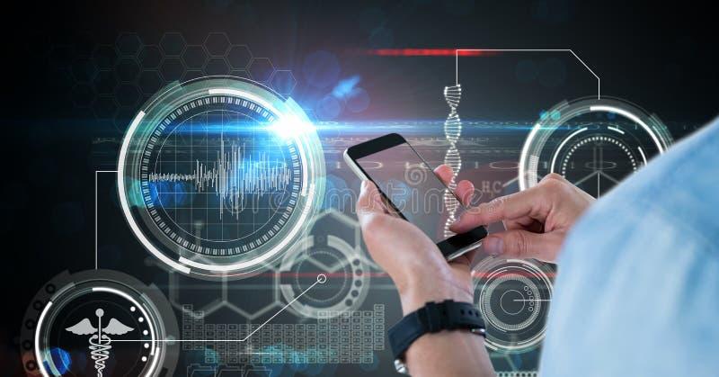 Imagen compuesta de Digitaces del doctor que usa el teléfono elegante contra la pantalla médica foto de archivo