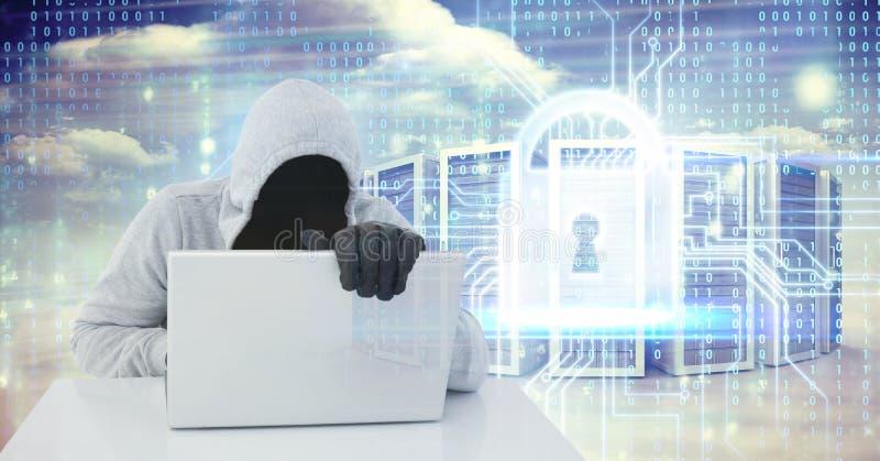 Imagen compuesta de Digitaces del pirata informático que usa el ordenador portátil por la cerradura y los servidores en la pantal imagen de archivo