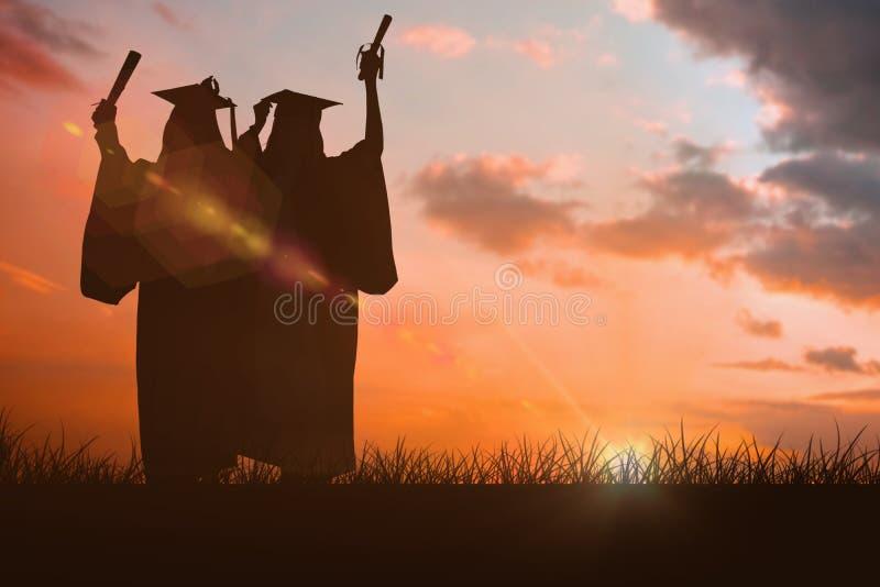 Imagen compuesta de dos mujeres que celebran su graduación fotos de archivo