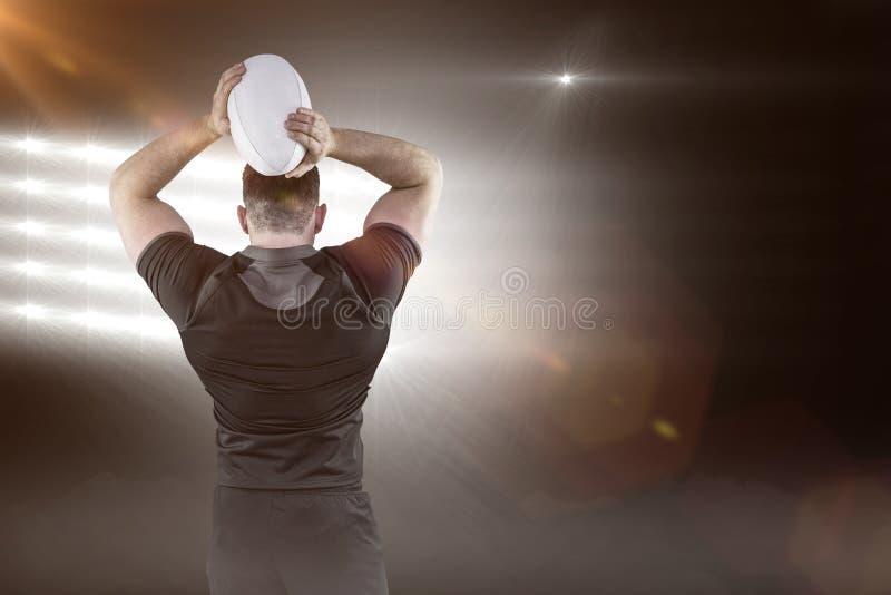 Imagen compuesta de la bola que lanza 3D del jugador duro del rugbi fotos de archivo