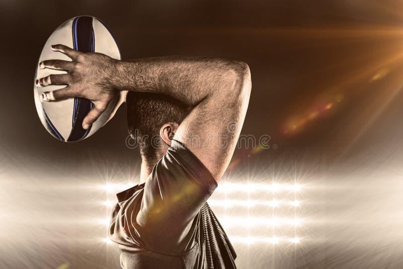 Imagen compuesta de la bola que lanza del jugador del rugbi fotografía de archivo